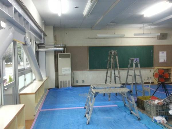 雨の日は教室内の塗装。
