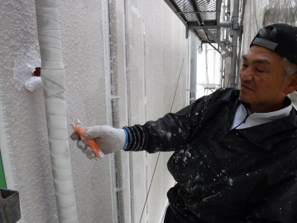 春風そよぐ文京区の現場にて外壁下塗り!