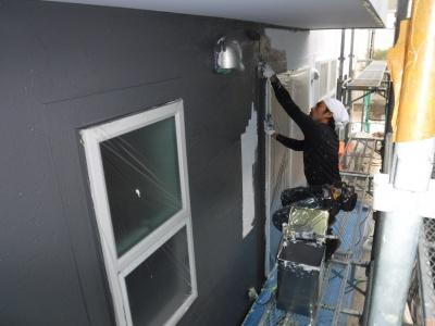稲城市Y様邸外壁塗装工事/外壁中塗り