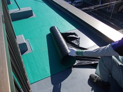 川崎市Gマンション屋上防水工事/通気シート張り・脱気筒取付作業