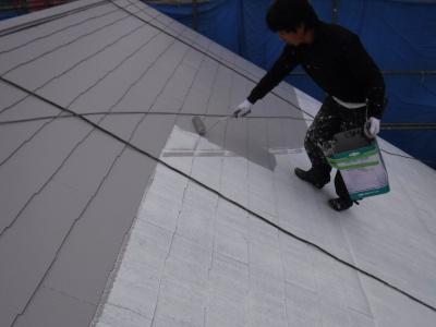 府中市Nアパート外壁・屋根塗装工事/屋根中塗り作業
