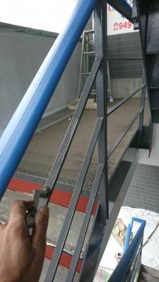 川崎市Gマンション鉄部塗装工事/鉄骨階段・腰壁塗装作業